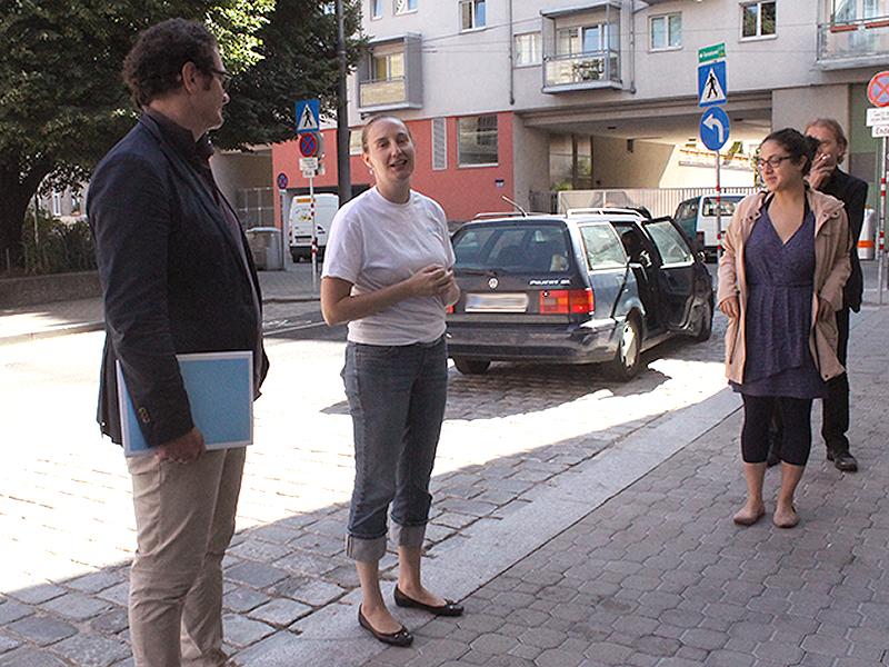 Ein Volunteer führt die Journalisten durch das Neunerhaus