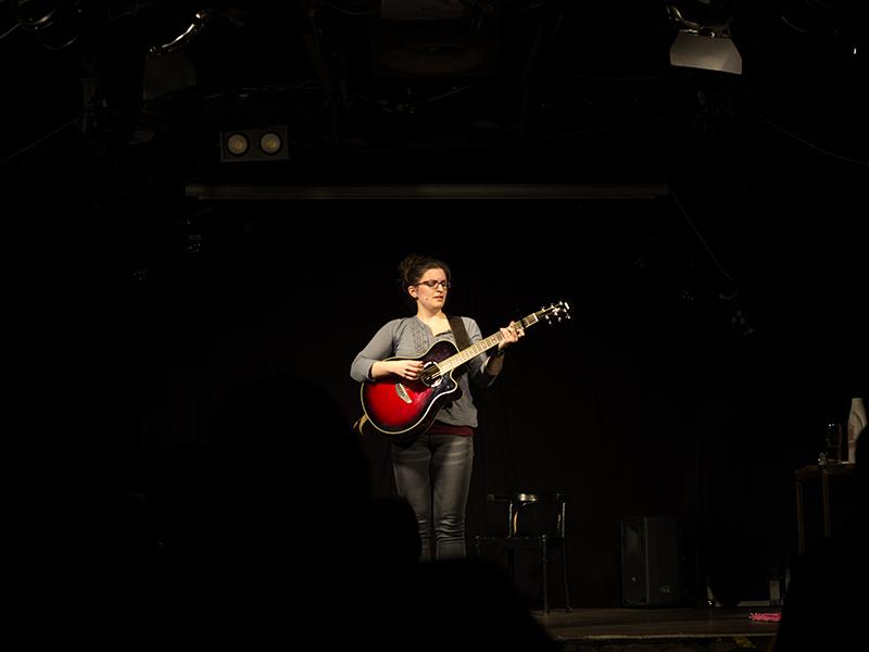"""Guggi Hofbauer mit ihrer Gitarre """"Sally"""""""